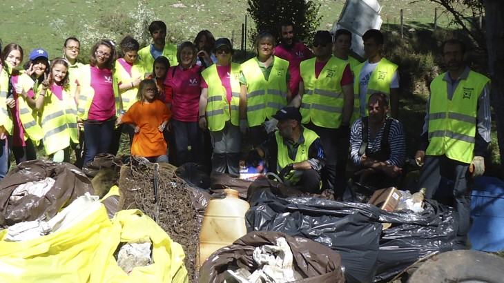 Voluntarios rehabilitando un entorno degradado